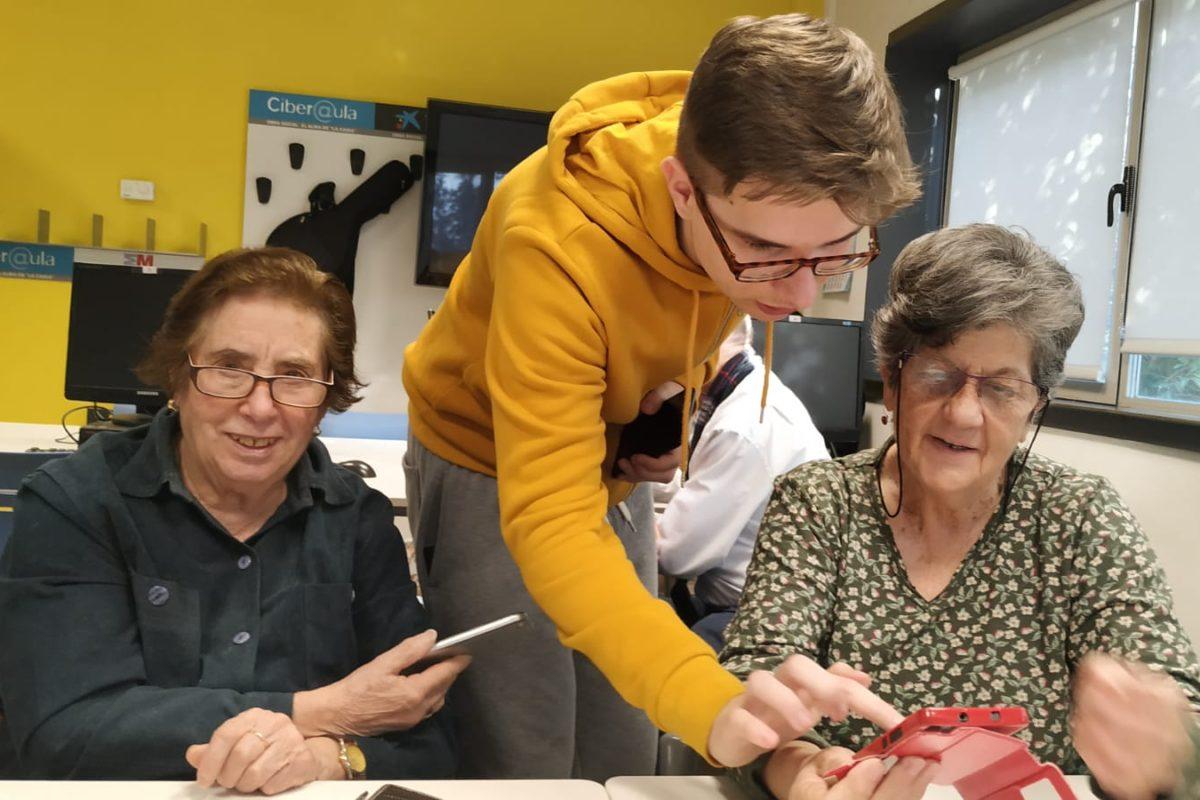 Acercando generaciones y luchando contra la brecha digital entre los mayores